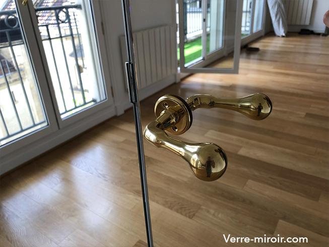 Miroir argent collé sur porte