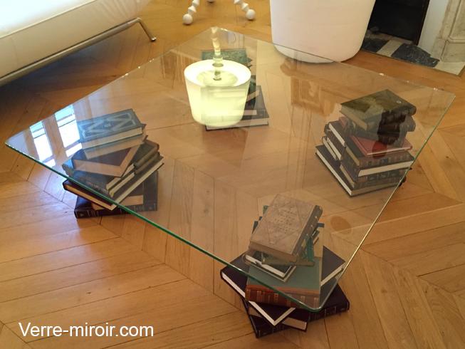 Table basse en verre trempe avec pieds formé de livres